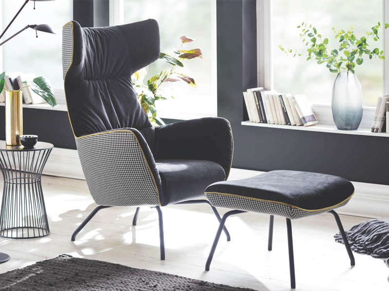 ... Jahrzehnten Der Glorreichen Möbeldesigner Komplettieren Sessel Und  Hocker Von Polstermöbel Candy Eine Exklusiven Touch Und Stilsichere  Einrichtung.