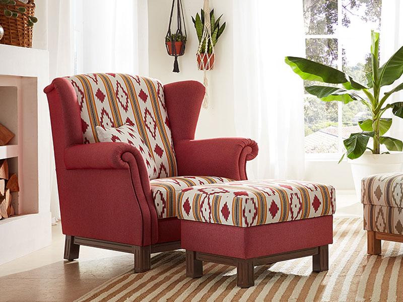 ... Es Mit Sanften Farben Der Bezüge Für Sessel Und Hocker. Kombiniert Wird  Der Romantische Charakter Durch Das Spiel Mit Karo Mustern Und Dicken  Streifen.